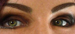 Augenbrauen und Augen schminken einer Frauenmaske